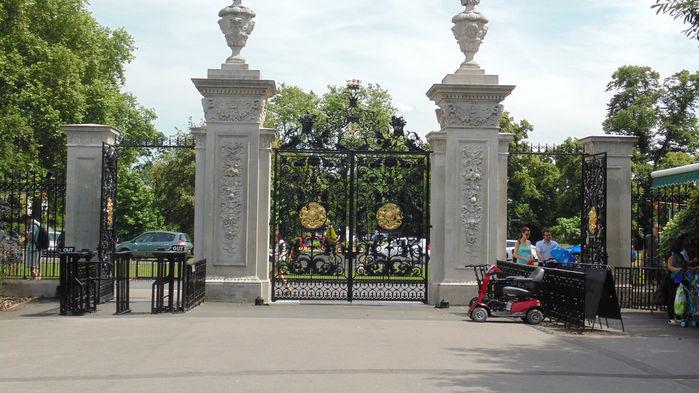Elizabeth Gate vid infarten till Kew Gardens.