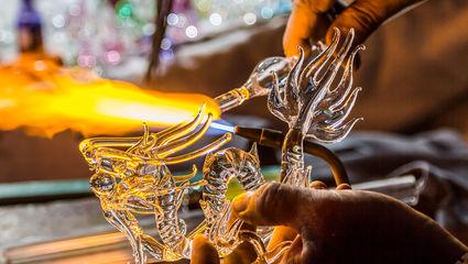 På 1500-talet började man att tillverka glas i Sverige. För hovet, adeln och kyrkan.