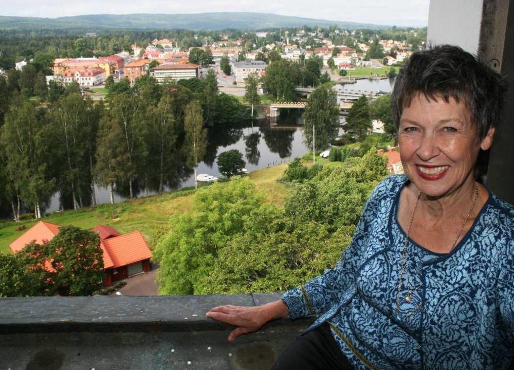 Vår guide på resan heter Ulla Norrman. Hon har varit orförande i stiftelsen Selma Lagerlöfs Litteraturpris och för den årliga Kulturveckan i Sunne. Hon kan sitt Värmland.