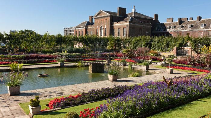 Palatset omges av vackra trädgårdar.
