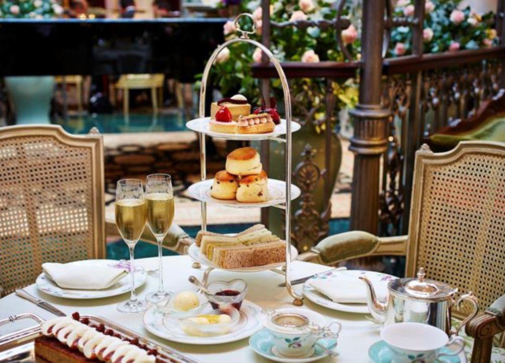 Afternoon tea med läckra bakverk och ett glas champagne  är en härlig brittisk tradition.