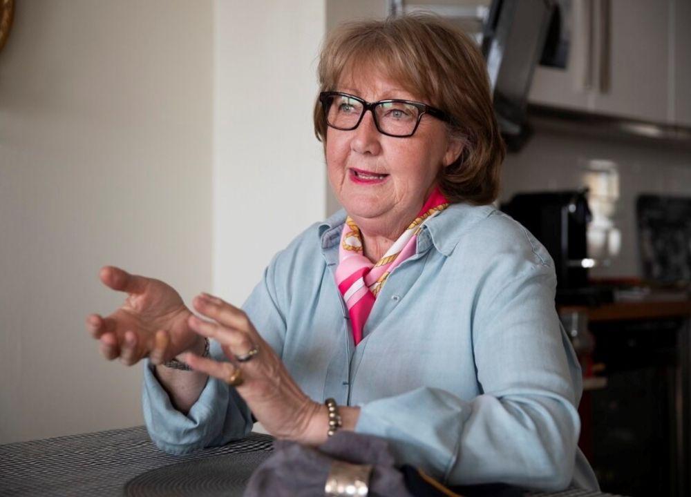 Ewa-Gun Westford är presstalesperson i polisregion syd. Hon berättar om gamla tiders hemskheter under en busstur i trakten. Självklart med glimten i ögat.