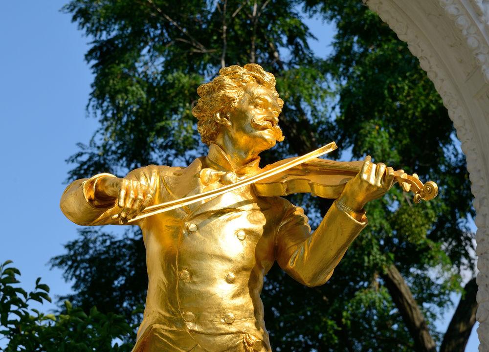Johan Strauss den yngre komponerade många berömda valser och operetter. Mest kända verk är operetten Läderlappen och valsen An der blauen schönen Donau.