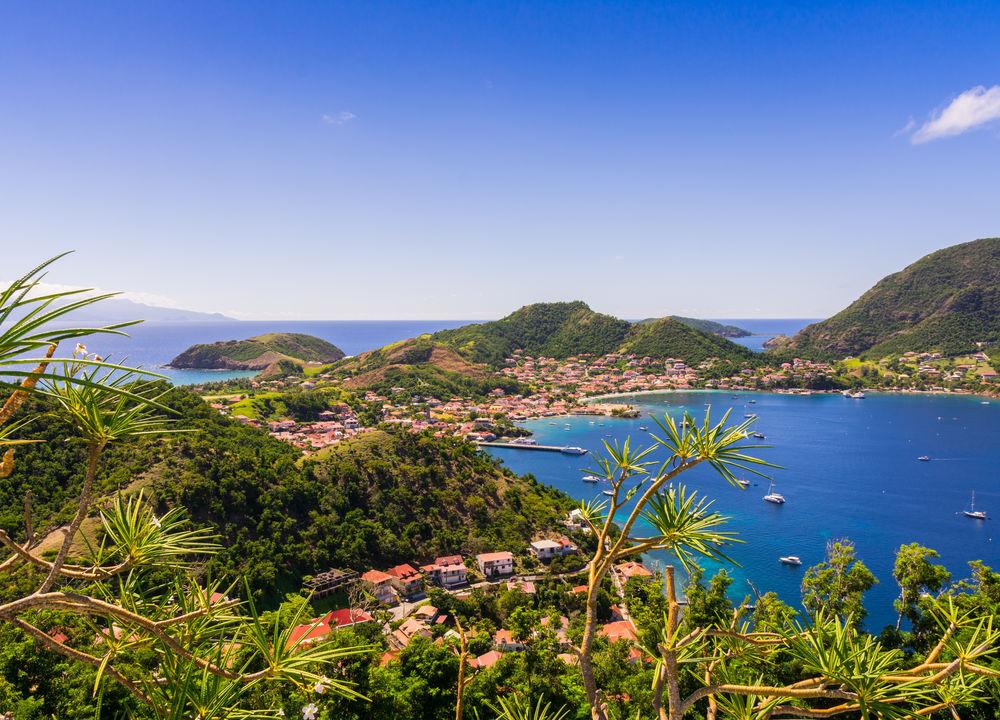 På väg norrut från Dominica till Guadeloupe kommer vi till Îles des Saintes och kastar ankar vid Terre-de-Haut. Nu väntar en härlig dag med skönt strandliv och avkoppling!