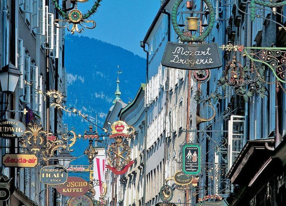 """Vi går på stadsvandring """"i Mozarts fotspår"""" i gamla stan - Altstadt."""