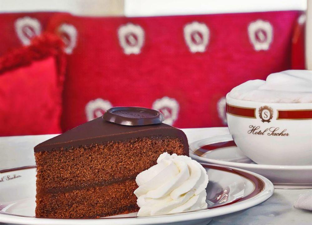 Vi får smaka äkta Sachertårta på Café Sacher.
