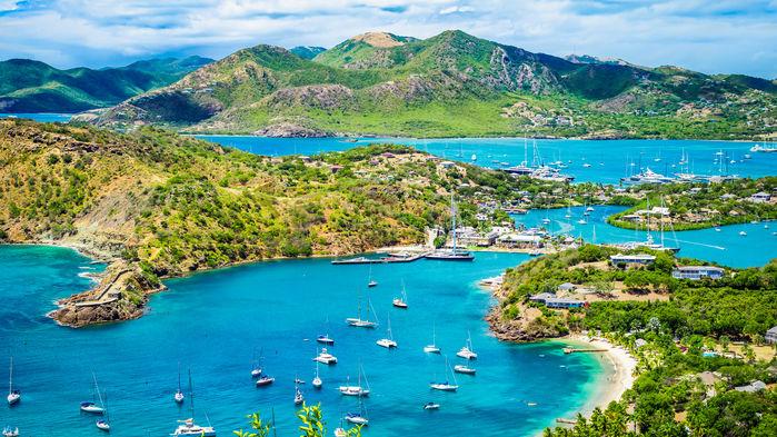 Antigua är seglarnas absoluta favorit. För de fina sandstränderna och för gemytet och nöjeslivet i hamnarna. Vi seglar in i hamnen Falmouth Harbour på öns södra del.