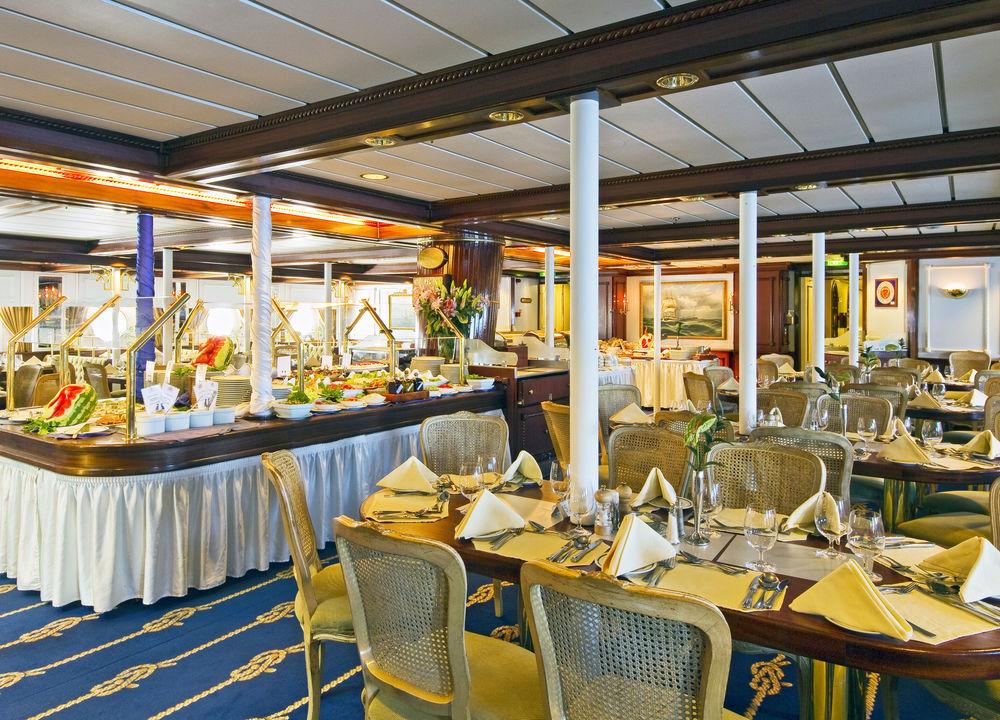 Måltiderna serveras i Clipper Dining Room på andra däck. Frukost och lunch dukas upp som buffét och man väljer själv var man vill sitta. Middagen serveras vid bordet och hovmästaren visar var man skall sitta.