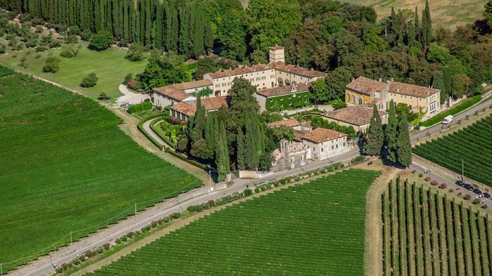 Vingården Serego Alighieris i Valpolicella köptes av poeten Dantes son Pietro, redan på 1300-talet. Vingården har nu gått i arv i hela 21 generationer.