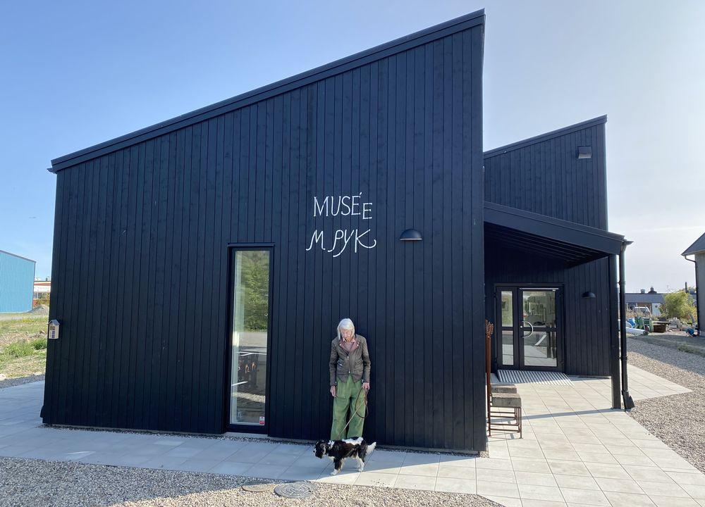 Konstnären Madeleine Pyk har låtit bygga ett eget museum åt sina målningar i Skillinge på den skånska sydostkusten.