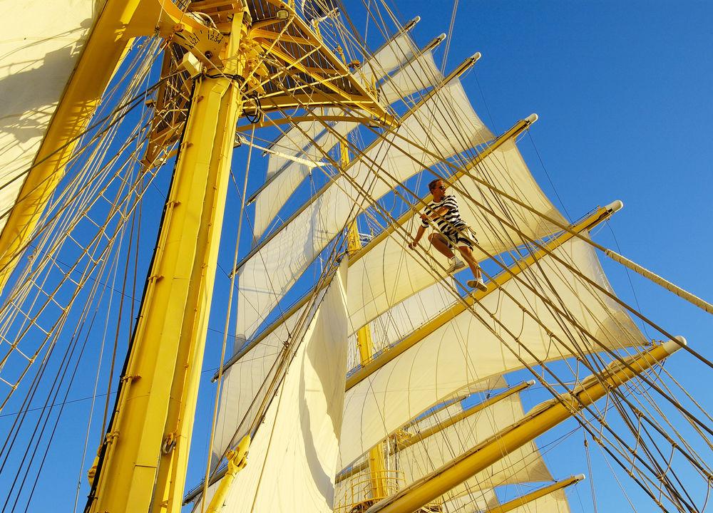 På Star Flyer kan man känna vinden fylla seglen, delta i segelhissning och navigation med fartygets kapten. De djärva klättrar upp i någon av masterna eller kopplar av i nätet längst fram i fören.