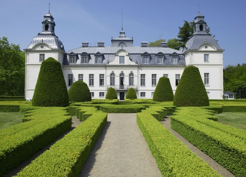 Kronovalls Slott uppfördes på 1760-talet. Slottet ägdes länge av ätten Sparre och arrenderas sedan 1996 av familjen Åkesson som vinslott.