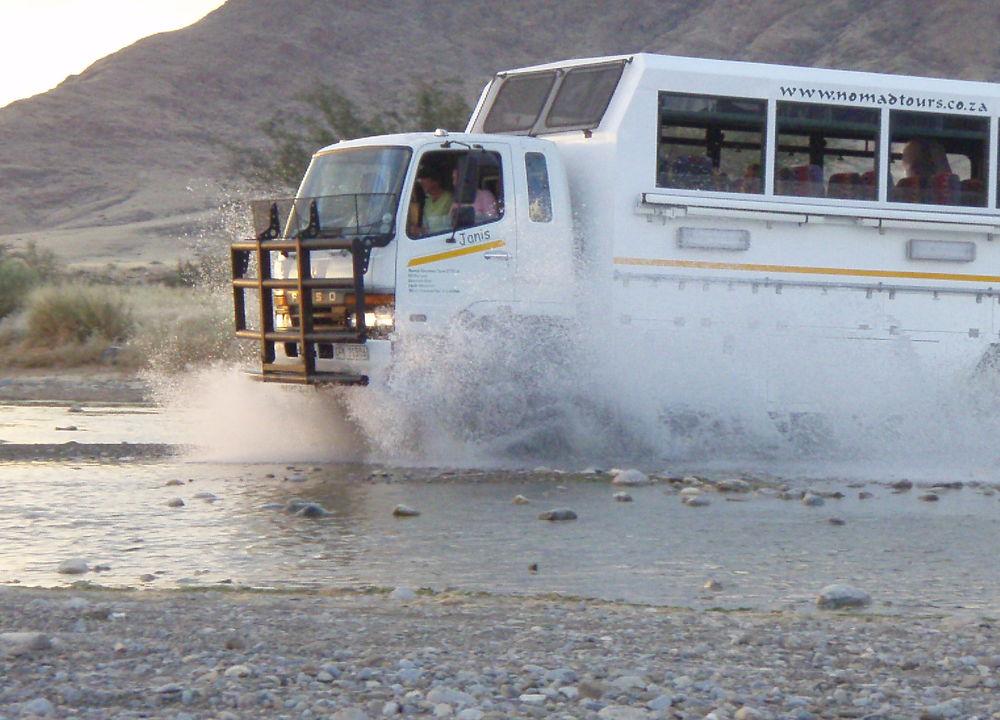 <P>Reisen går med moderne safaritruck på delvis dårlige veier.</P>