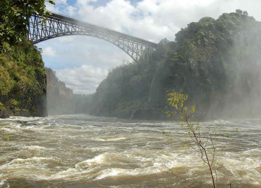 Den som vil kan innlede eventyret med å hoppe bungyjump over Zambezielven