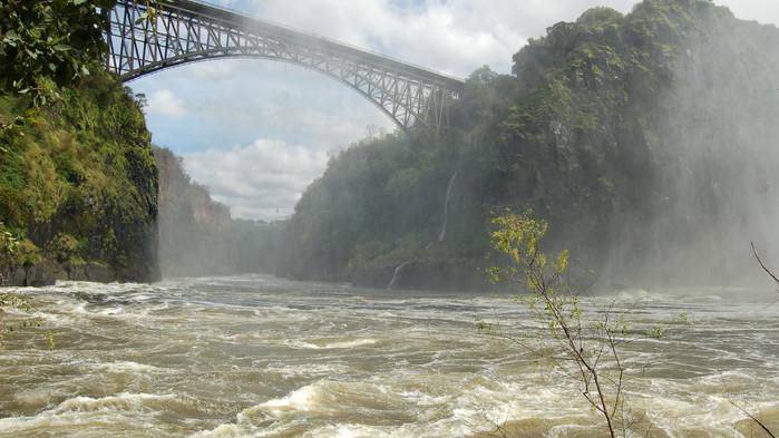 Den som vill kan inleda äventyret med att hoppa bungyjump över Zambezifloden