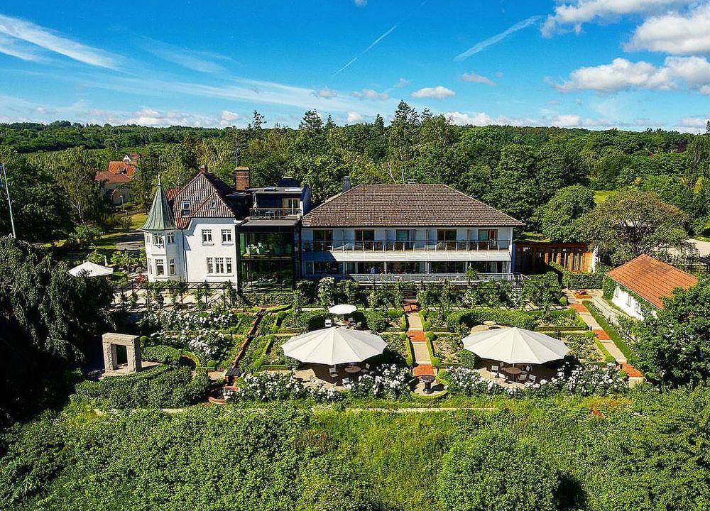 """Vackra Kiviks Hotell ligger på en höjd och har en milsvid utsikt över havet. Här bodde """"målarprinsen"""" Eugen när han ville fånga det speciella kjuset på Österlen."""