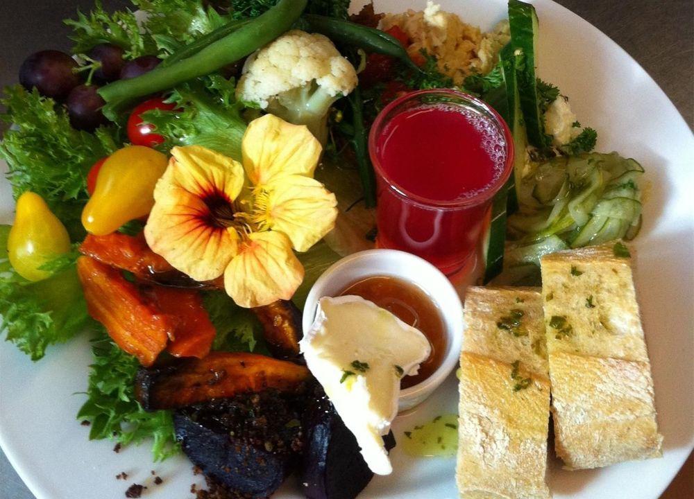 På Åbergs Café serveras en vegetarisk paj med säsongens grönsaker, innan vi får en rundvandring tillsammans med Kjell och Lena.