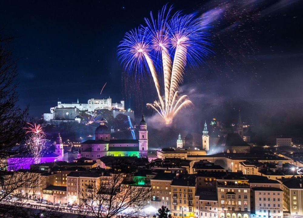 I Salzburg firar man det nya året med ett färgsprakande fyrverkeri.