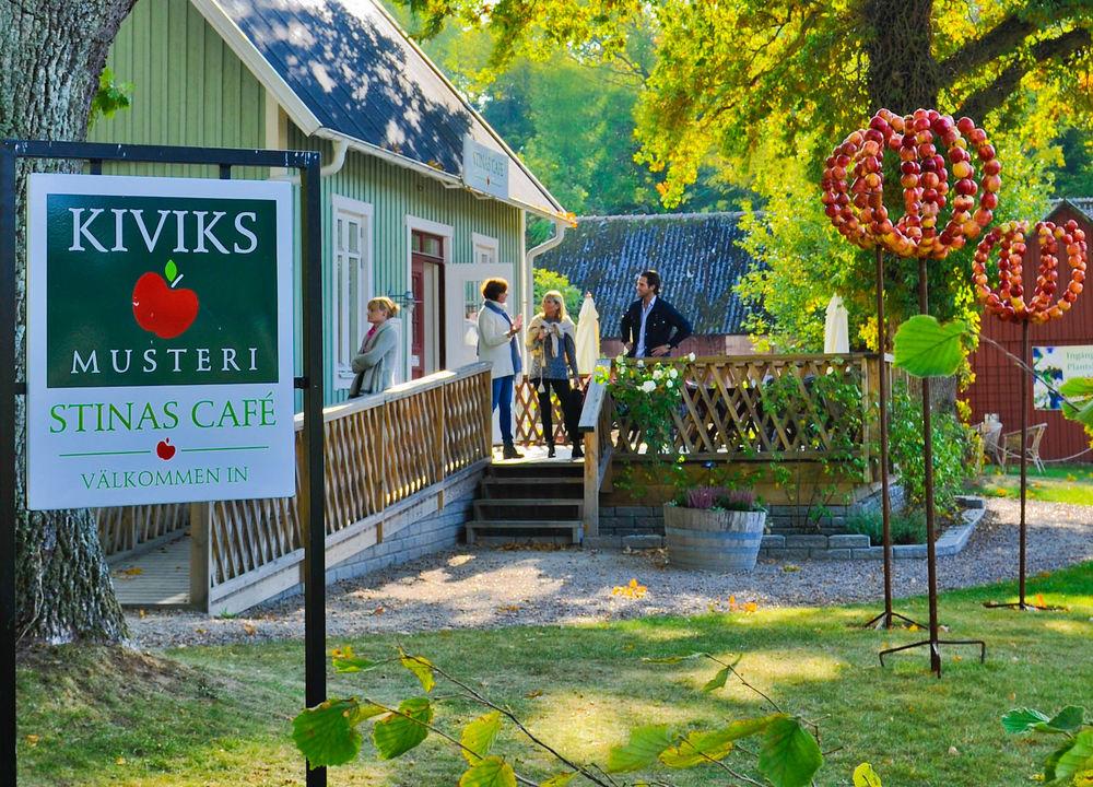 På Kiviks Musteri har man just skördat äpplena. Vi får provsmaka årets skörd och äter lunch i Restaurang Kärnhuset.