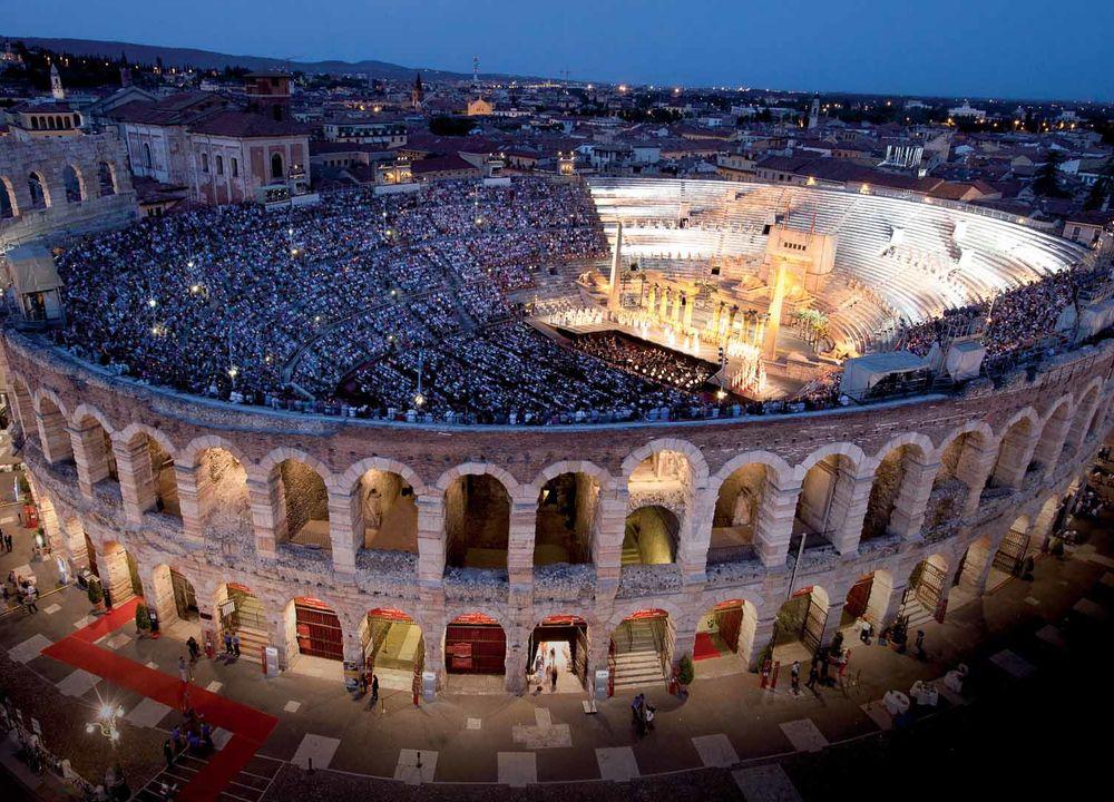 Den magnifika tvåtusenåriga amfiteatern Arena di Verona.