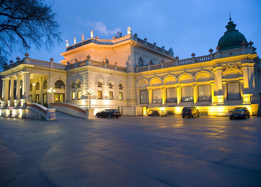 Det vackra konserthuset Kursalon ligger i den stora parken Stadtpark. Ikväll är det en wiensk afton med musik av Johan Strauss, Mozart och andra underbara stycken hämtade från Wiens rika musikskatt.