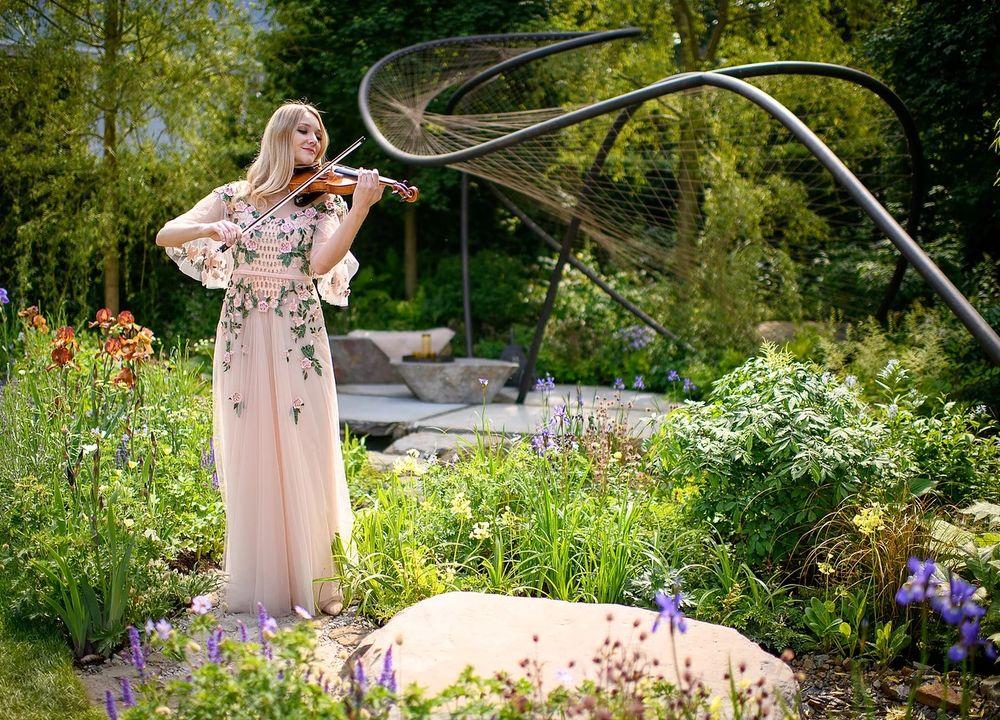 Violinisten Sally Potterton i Wedgewood Garden på Chelsea Flower Show 2018.