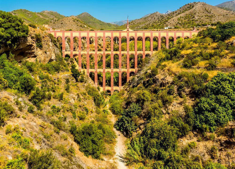 Akvedukten El Aguila i romersk stil byggdes på 1880-talet för att leda vatten till odlingarna vid sockerfabriken San Joaquín de Maro.