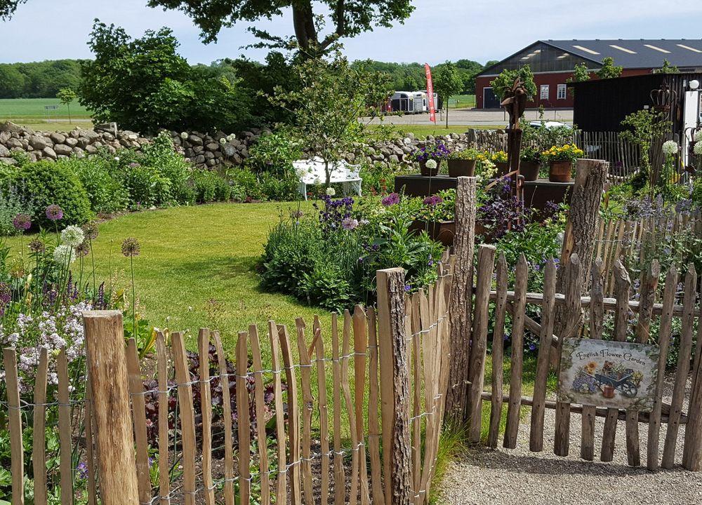 Den Engelska Trädgården är en blommande, romantisk och charmig visningsträdgård med engelskt tema.