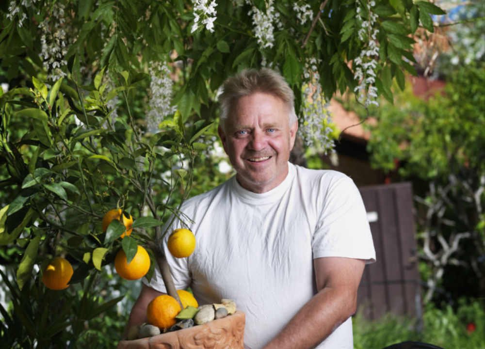 Den kände trädgårdsprofilen Peter Englander tar emot i sin privata villaträdgård och berättar om sin fascination för Medelhavsträdgårdar.