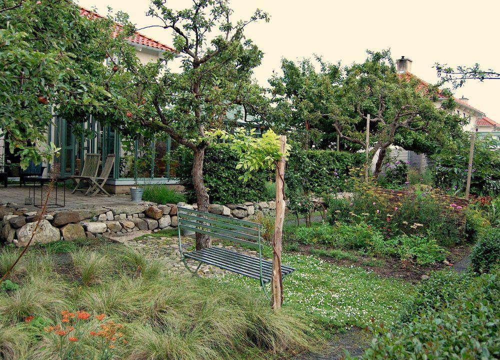 Eva Mathiassons vattensparande och välplanerade trädgård i Äppellunden i Brantevik.