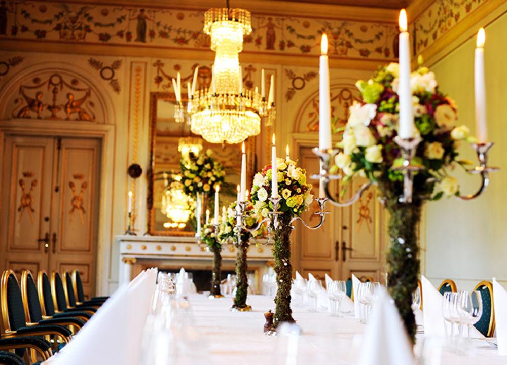 Under kvällen serveras vi en fyrarätters slottsmeny med tillhörande vinpaket i slottets vackra salonger.