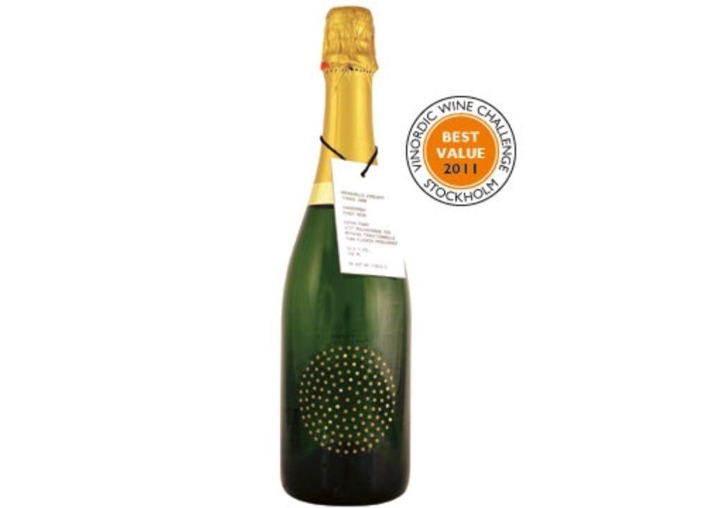 """I slottets vinkällare lagras tiotusentals flaskor mousserande vin. Det främsta är """"champagnoisen"""" Tirage, som vi passar på att smaka av."""