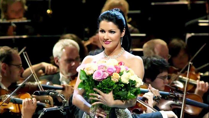 Vi ser Anna Netrebko sjunga rollen som Leonora i Verdis opera Il Trovatore - Trubaduren.